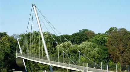 Rückverankerte Schrägseil-Hängebrücke | Glacisbrücke Minden