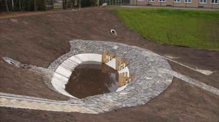 Mit Wasserbaupflaster profiliertes Einlaufbecken | Clausewitz-Kaserne, Nienburg