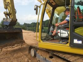 Baggerfahrer Detlef Stange braucht Feingefühl an den Schalthebeln umd die 200 Tonnen Sand zu verteilen